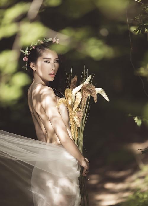 4vUX2Nv Người mẫu Lan Hương cởi áo, chụp ảnh bán nude đầy gợi cảm