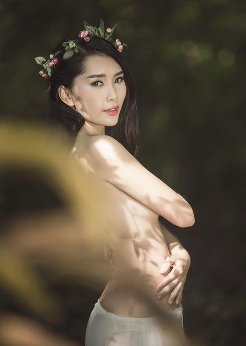 pLtcwrV Người mẫu Lan Hương cởi áo, chụp ảnh bán nude đầy gợi cảm