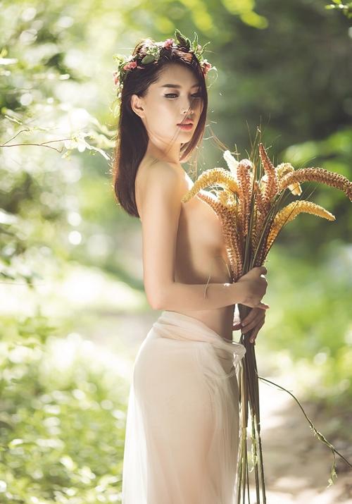8ye2mgf Người mẫu Lan Hương cởi áo, chụp ảnh bán nude đầy gợi cảm