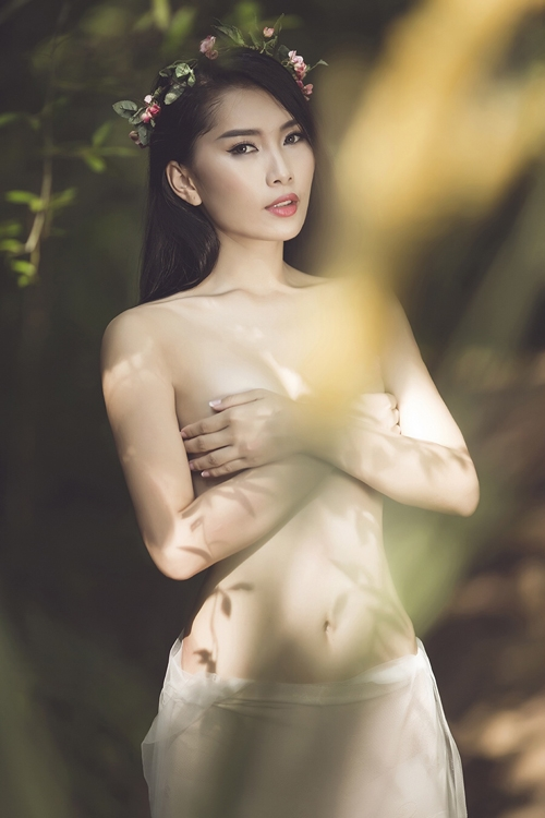 tb8oVyM Người mẫu Lan Hương cởi áo, chụp ảnh bán nude đầy gợi cảm