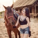 Thiếu nữ Hà thành khoe vẻ gợi cảm bên chuồng ngựa